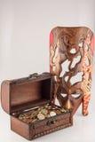 Κιβώτιο με τα νομίσματα και την αφρικανική μάσκα στοκ εικόνες