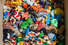 Κιβώτιο με τα πολύχρωμα παλαιά μικροσκοπικά παιχνίδια Στοκ εικόνα με δικαίωμα ελεύθερης χρήσης