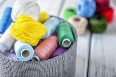 Κιβώτιο με τα ράβοντας νήματα Στοκ Εικόνες