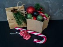 Κιβώτιο με τις διακοσμήσεις για ένα χριστουγεννιάτικο δέντρο σε ένα μαύρο υπόβαθρο στοκ εικόνα