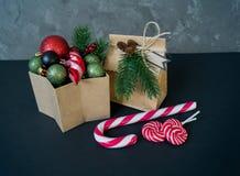Κιβώτιο με τις διακοσμήσεις για ένα χριστουγεννιάτικο δέντρο σε ένα μαύρο υπόβαθρο στοκ εικόνες