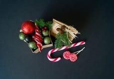 Κιβώτιο με τις διακοσμήσεις για ένα χριστουγεννιάτικο δέντρο σε ένα μαύρο υπόβαθρο στοκ εικόνες με δικαίωμα ελεύθερης χρήσης