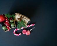 Κιβώτιο με τις διακοσμήσεις για ένα χριστουγεννιάτικο δέντρο σε ένα μαύρο υπόβαθρο στοκ φωτογραφία