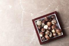 Κιβώτιο με τις διαφορετικές νόστιμες καραμέλες σοκολάτας στο tabl στοκ φωτογραφία με δικαίωμα ελεύθερης χρήσης