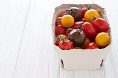 Κιβώτιο με τις ζωηρόχρωμες ντομάτες Στοκ φωτογραφία με δικαίωμα ελεύθερης χρήσης