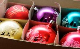 Κιβώτιο με τις σφαίρες Χριστουγέννων στοκ εικόνες