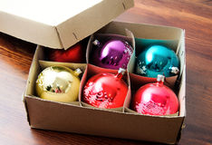 Κιβώτιο με τις φωτεινές σφαίρες Χριστουγέννων στοκ εικόνες