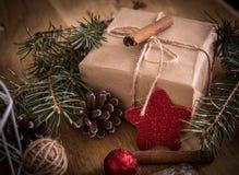 κιβώτιο με το δώρο στο υπόβαθρο Χριστουγέννων αναδρομικό ύφος Στοκ εικόνα με δικαίωμα ελεύθερης χρήσης