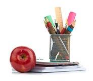 Κιβώτιο μολυβιών με το σχολικό εξοπλισμό Στοκ εικόνα με δικαίωμα ελεύθερης χρήσης