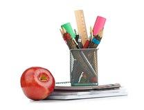 Κιβώτιο μολυβιών με το σχολικό εξοπλισμό Στοκ Εικόνες