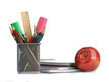 Κιβώτιο μολυβιών με το σχολικό εξοπλισμό Στοκ Φωτογραφίες