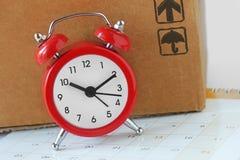Κιβώτιο ξυπνητηριών και καρτών στο ημερολόγιο - χρονική έννοια παράδοσης στοκ εικόνες με δικαίωμα ελεύθερης χρήσης