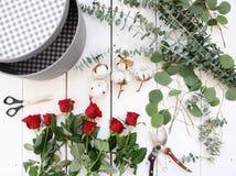 Κιβώτιο λουλουδιών DIY με τα τριαντάφυλλα, το βαμβάκι και τον ευκάλυπτο Στοκ φωτογραφία με δικαίωμα ελεύθερης χρήσης