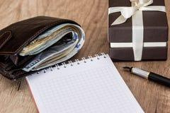 Κιβώτιο παρόν με το δολάριο στο πορτοφόλι, τη μάνδρα και το σημειωματάριο Στοκ φωτογραφία με δικαίωμα ελεύθερης χρήσης