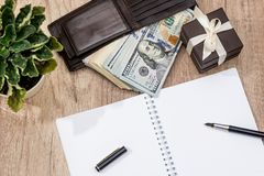Κιβώτιο παρόν με το δολάριο στο πορτοφόλι, τη μάνδρα και το σημειωματάριο Στοκ εικόνα με δικαίωμα ελεύθερης χρήσης