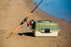 Κιβώτιο περιστροφής και αλιείας στην άποψη κινηματογραφήσεων σε πρώτο πλάνο όχθεων ποταμού Στοκ Εικόνες