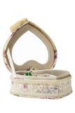 Κιβώτιο που απομονώνεται σε ένα άσπρο υπόβαθρο, μορφή καρδιών Στοκ φωτογραφία με δικαίωμα ελεύθερης χρήσης