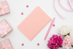 Κιβώτιο σημειωματάριων και δώρων στο άσπρο υπόβαθρο στοκ φωτογραφίες με δικαίωμα ελεύθερης χρήσης