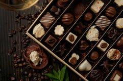 Κιβώτιο σοκολάτας του αγαθού πραλινών για ένα κρασί δώρων και ένα ρομαντικό dinn Στοκ εικόνα με δικαίωμα ελεύθερης χρήσης