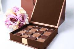 Κιβώτιο σοκολάτας με τα λουλούδια Στοκ φωτογραφία με δικαίωμα ελεύθερης χρήσης
