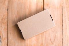 κιβώτιο στο ξύλινο υπόβαθρο πινάκων χρησιμοποίηση της ταπετσαρίας για την εκπαίδευση, επιχειρησιακή φωτογραφία Σημειώστε του προϊ στοκ φωτογραφία με δικαίωμα ελεύθερης χρήσης