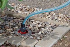 Κιβώτιο σύνδεσης μιας σωλήνωσης νερού σε έναν κήπο στοκ φωτογραφία με δικαίωμα ελεύθερης χρήσης