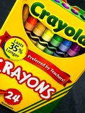 Κιβώτιο των κραγιονιών Crayola σε ένα άσπρο σκηνικό στοκ εικόνα με δικαίωμα ελεύθερης χρήσης