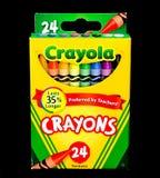 Κιβώτιο των κραγιονιών Crayola σε ένα μαύρο σκηνικό στοκ εικόνα με δικαίωμα ελεύθερης χρήσης