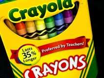 Κιβώτιο των κραγιονιών Crayola σε ένα μαύρο σκηνικό στοκ φωτογραφίες με δικαίωμα ελεύθερης χρήσης