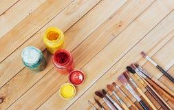 Κιβώτιο των χρωμάτων watercolor, βούρτσες τέχνης στον καμβά Στοκ Φωτογραφία