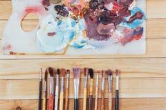 Κιβώτιο των χρωμάτων watercolor, βούρτσες τέχνης στον καμβά Στοκ Εικόνες