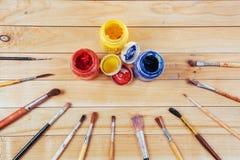 Κιβώτιο των χρωμάτων watercolor, βούρτσες τέχνης στον καμβά Στοκ εικόνες με δικαίωμα ελεύθερης χρήσης
