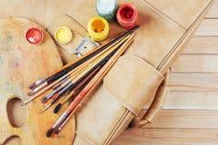 Κιβώτιο των χρωμάτων watercolor, βούρτσες τέχνης στον καμβά Στοκ φωτογραφία με δικαίωμα ελεύθερης χρήσης