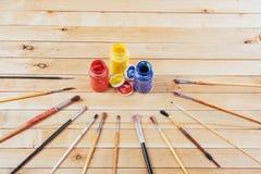 Κιβώτιο των χρωμάτων watercolor, βούρτσες τέχνης στον καμβά Στοκ Εικόνα