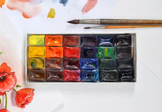 Κιβώτιο των watercolors και των βουρτσών σε χαρτί Στοκ φωτογραφία με δικαίωμα ελεύθερης χρήσης