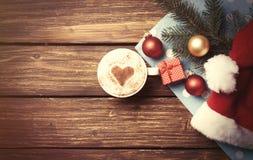 Κιβώτιο φλυτζανιών και δώρων με τις φυσαλίδες Χριστουγέννων Στοκ Εικόνα
