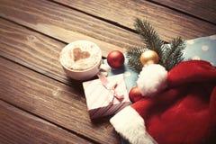 Κιβώτιο φλυτζανιών και δώρων με τις φυσαλίδες Χριστουγέννων Στοκ φωτογραφίες με δικαίωμα ελεύθερης χρήσης