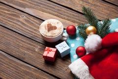 Κιβώτιο φλυτζανιών και δώρων με τις φυσαλίδες Χριστουγέννων Στοκ Εικόνες