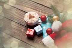 Κιβώτιο φλυτζανιών και δώρων με τις φυσαλίδες Χριστουγέννων Στοκ φωτογραφία με δικαίωμα ελεύθερης χρήσης