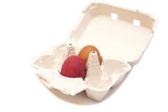 Κιβώτιο χαρτοκιβωτίων με τα ζωηρόχρωμα αυγά Στοκ φωτογραφία με δικαίωμα ελεύθερης χρήσης