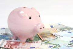 Κιβώτιο χρημάτων ύφους τραπεζών Piggy στο τραπεζογραμμάτιο ευρώ Στοκ φωτογραφία με δικαίωμα ελεύθερης χρήσης