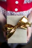 Κιβώτιο δώρων εκμετάλλευσης γυναικών με τη χρυσή κορδέλλα Στοκ Εικόνες