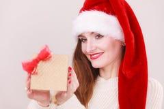 Κιβώτιο δώρων εκμετάλλευσης γυναικών στενός κόκκινος χρόνος Χριστουγέννων ανασκόπησης επάνω Στοκ εικόνες με δικαίωμα ελεύθερης χρήσης