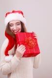 Κιβώτιο δώρων εκμετάλλευσης γυναικών στενός κόκκινος χρόνος Χριστουγέννων ανασκόπησης επάνω Στοκ Φωτογραφίες