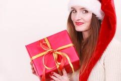 Κιβώτιο δώρων εκμετάλλευσης γυναικών στενός κόκκινος χρόνος Χριστουγέννων ανασκόπησης επάνω Στοκ Φωτογραφία