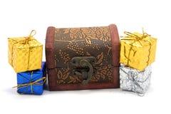 Κιβώτιο δώρων διακοσμήσεων με το στήθος θησαυρών Στοκ φωτογραφία με δικαίωμα ελεύθερης χρήσης