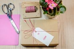 Κιβώτιο δώρων, κάρτες, Begonia στο ξύλινο υπόβαθρο στοκ εικόνα