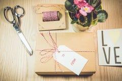 Κιβώτιο δώρων, κάρτες, Begonia στο ξύλινο υπόβαθρο στοκ φωτογραφία με δικαίωμα ελεύθερης χρήσης