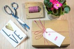 Κιβώτιο δώρων, κάρτες, Begonia στο ξύλινο υπόβαθρο στοκ φωτογραφία