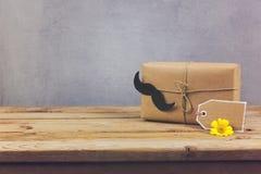 Κιβώτιο δώρων και ετικέττα δώρων στον ξύλινο πίνακα Διακοπές ημέρας πατέρα Στοκ Εικόνες